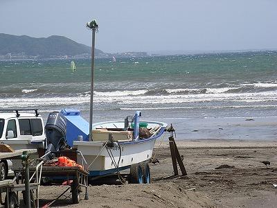 風の強い浜で
